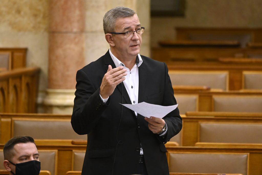 A választóátverő gyurcsányista Szilágyi György támogatókért kalapoz